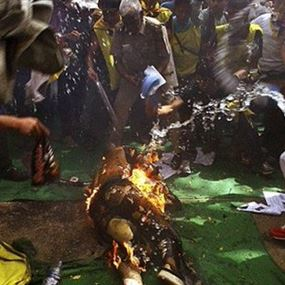 طالب يضرم النار في نفسه وهو يهتف