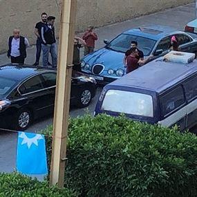 بالفيديو: تمزيق صور مرشحة للانتخابات في بيروت