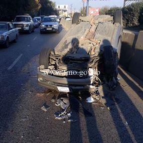 بالصورة: انقلاب سيارة اثر حادث تصادم مع جبالة في الكحالة