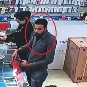 بالفيديو: استغل إنشغال مالك المتجر مع الزبائن لينفّذ عملية السرقة