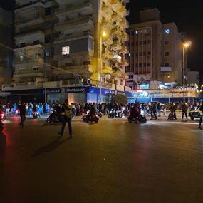 محتجون يرشقون بالحجارة قصر ميقاتي في الميناء طرابلس