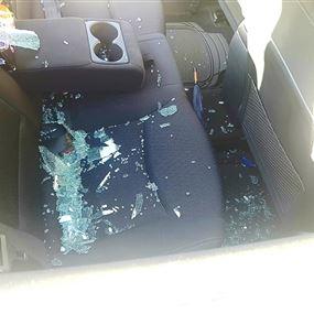 بعد ربع ساعة رجعت وشفت الزجاج مكسور والشنطة انسرقت!