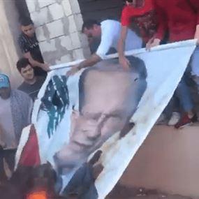 بالفيديو: شتموا الرئيس ميشال عون وأحرقوا صورته