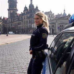 بالصور: شرطية ألمانية تشعل مواقع التواصل بجمالها ولياقتها