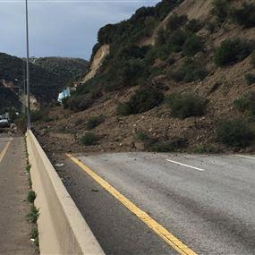بالفيديو والصور: انهيار حائط دعم على اوتوستراد شكا وقطع الطريق