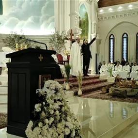 بالفيديو: سوري يقتحم مذبح الكنيسة مدعيا قدومه من جهنم!
