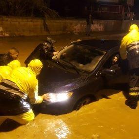 بالصور: في جونية.. علِقوا في سياراتهم بسبب تبرك المياه