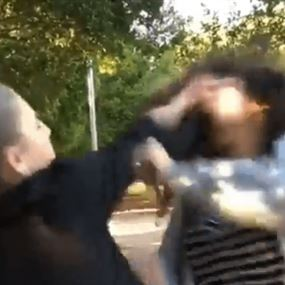 بالفيديو: فتاة تسحب المشرط وتعتدي على فتاة أخرى في قصقص!