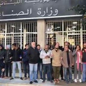 تدافع بين ناشطي حزب سبعة والقوى الأمنية أمام وزارة العمل