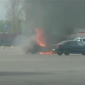 مشهد يحبس الأنفاس... لحظة إنقاذ طفلين من سيارة تحترق!