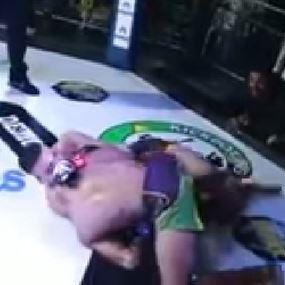 بالفيديو.. مصارع يختنق وحكَم MMA يرفض إيقاف النزال