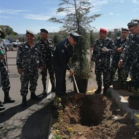 العقيد عبدو خليل يغرس مع ضباط وعناصر سريته 320 شجرة في صور