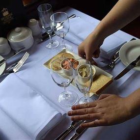 للضرورة أحكام.. وجبة وبندقيّة على كل موائد هذا المطعم