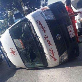 بالصور: إنقلاب سيارة للصليب الأحمر في بعبدا