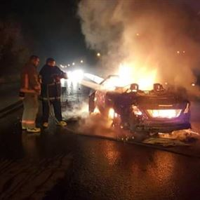 بالصور: اصطدمت بفاصل الطريق فاشتعلت النيران فيها