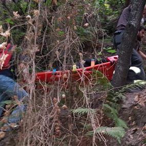 بالصور: انقاذ امرأة سقطت قرب بحيرة شوّان