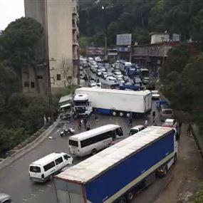بالصور: تصادم بين شاحنة وبيك آب في عاريا يتسبب بقطع الطريق