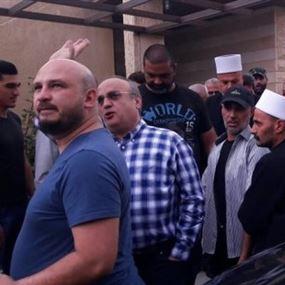 اعتراض أحد السيارات المرافقة لموكب الوزير وهاب