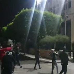 محتجون يرمون الحجارة والمفرقعات باتجاه مصرف لبنان في صيدا