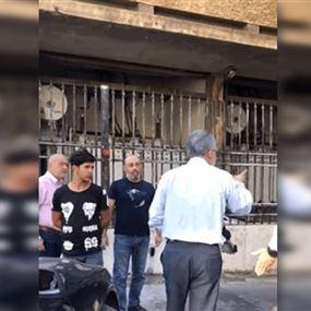 اشكال بين المتظاهرين واحد المحامين أمام بيت المحامي (فيديو)