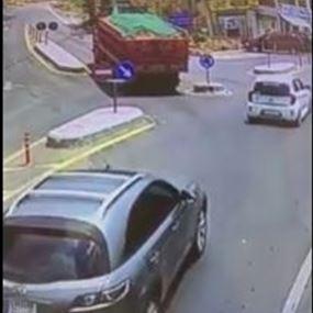 بالفيديو.. مشهد يخطف الانفاس لانزلاق شاحنة في بعبدا!