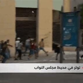 بالفيديو: رشق القوى الأمنية في وسط بيروت بالحجارة والمفرقعات