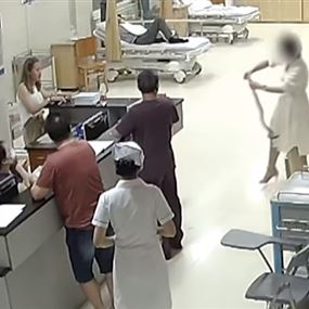 ثعبان افترس يدها وظل متعلقا بها حتى وصولها إلى المستشفى (فيديو)