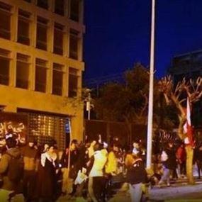 تصاعد التوتر وفوضى أمام مصرف لبنان (فيديو)