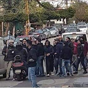 حزبيون يعتدون على متظاهرين امام مجلس الجنوب (فيديو)