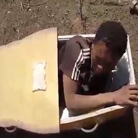 بالصور.. رجلان يضعان مراهقا في تابوت ويهددان بقتله