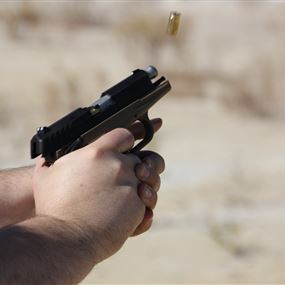 مقتل شخص واصابة زوجته باطلاق نار عليهما