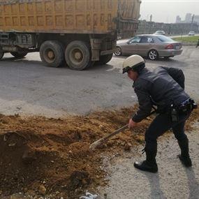 بالصور.. قوى الأمن تردم حفرة الموت أمام وزارة الطاقة