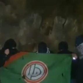 بالفيديو: ملثمون يحرقون علم حركة أمل ويهددون محمد رعد