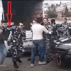 بالفيديو: حاول سرقة مسدس ضابط في قوى الأمن فنال نصيبه!