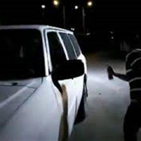 متظاهرون يرشون آلية تابعة لقوى الأمن الداخلي في عكار (فيديو)