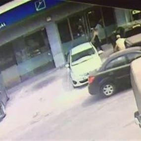 بالفيديو: سيارة تجتاح واجهة بنك لبنان والمهجر