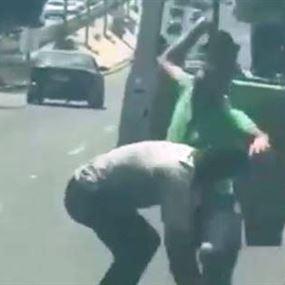بالفيديو: تضارب بالعصي بين سائقَي باص في جونيه