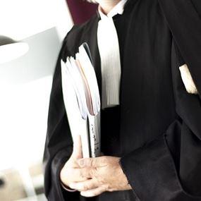قرار قضائي بمنع محام من مزاولة المهنة