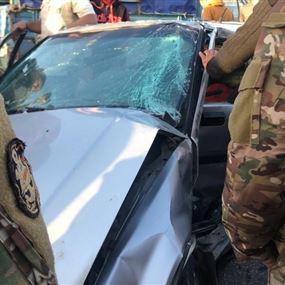 بالصور: جريحان في حادث سير بين سيارة وفان لنقل الركاب