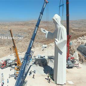 بالصور: أكبر تمثال للقديس شربل يرتفع فوق فاريا