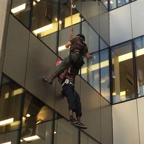 بالصور: تعطّل به المصعد في الطابق السادس.. وهذا ما حصل!