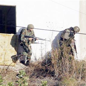 دهم منازل مطلوبين بعد التعرّض لدوريّة للجيش
