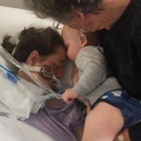 بالصورة: ابن الـ17 شهراً قبّل والدته قبلة الوداع قبل لحظات من وفاتها!