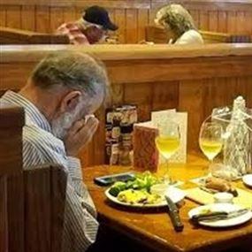 صورة حزينة لرجل يحتفل بعيد الحبّ بعد وفاة زوجته