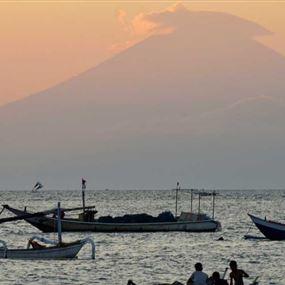 بركان آغونغ يشرد الآلاف في إندونيسيا