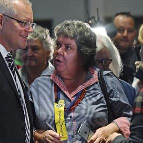 بالفيديو.. محتجة ترشق رئيس وزراء أستراليا بالبيض
