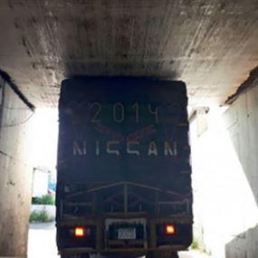 بالصورة: شاحنة عالقة في نفق برج حمود