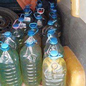 سوريون يخبئون البنزين في منزلهم وداخل سيارة تابعة لهم