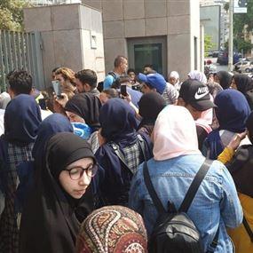 بالصور: مديرة مدرسة تحاول احراق نفسها امام وزارة التربية!