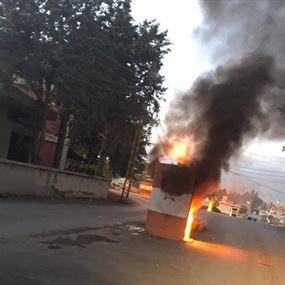 أحرقوا حاجز الجيش وجرفوا البلوكات الإسمنتية! (فيديو وصور)